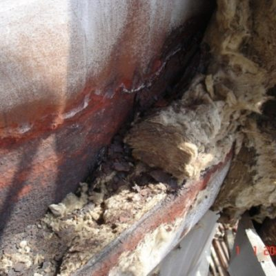 Schwere Korrosionsschäden unter der Dämmung einer Anlage