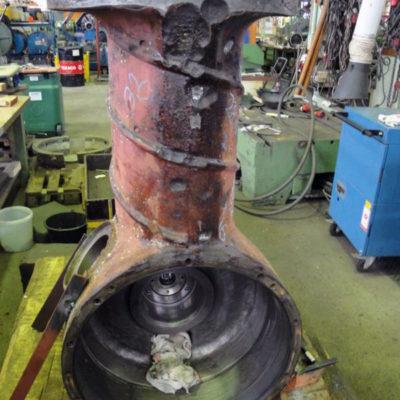 Beschädigtes Bugstrahlrudergehäuse eines Frachtschiffs