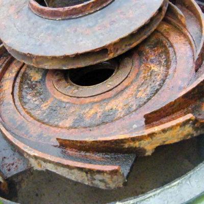 Kavitationsspuren und Korrosionsschäden an der Pumpe