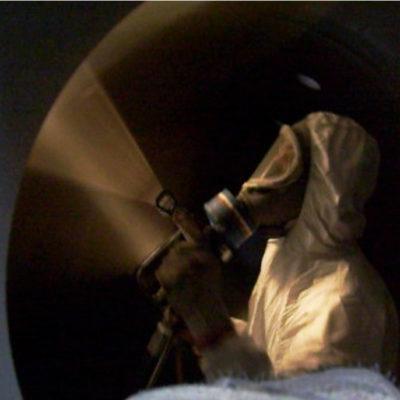 Auftragen der Schutzbeschichtung im Spritzverfahren