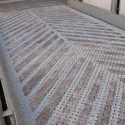 Mit Belzona 1821 (Fluid Metal) beschichteter Gehweg zur Verbesserung der Rutschfestigkeit