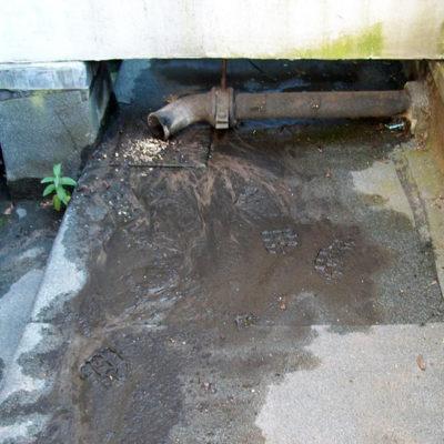 Beschädigte Dachoberfläche mit undichten Stoßfugen