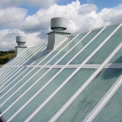Mit Belzona 3111 (Flexible Membrane) reparierte Stahl- und Glasteile von Oberlichtern