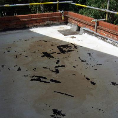 Beschädigtes Dach mit eindringendem Wasser