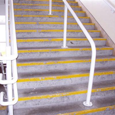 Rutschgefahr durch beschädigte und abgenutzte Stufen