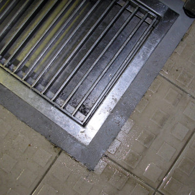 Mit Belzona 4111 (Magma-Quartz) reparierter Gittersitz