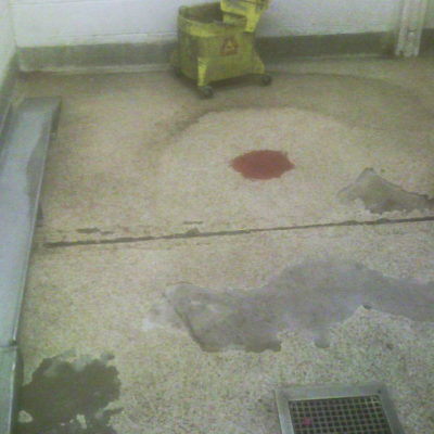 Durch ständigen Kontakt mit Reinigungsmitteln angegriffener Küchenwaschraumboden