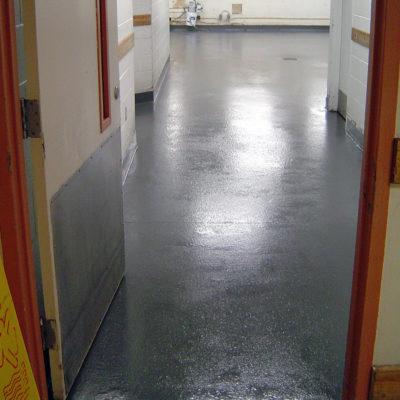 Mit Belzona 4111 (Magma-Quartz) reparierter und geschützter Küchenwaschraumboden