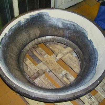 Mit Belzona 4111 (Magma-Quartz) teilweise reparierte und geschützte Behälterauskleidung