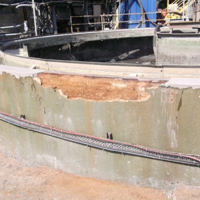 Betonschäden durch eindringendes Wasser in einem Klärbecken