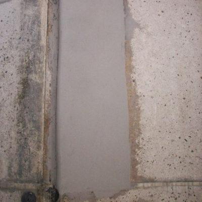 Auftrag des füllkräftigen Belzona 4141 (Magma-Build) auf der vertikalen Fläche