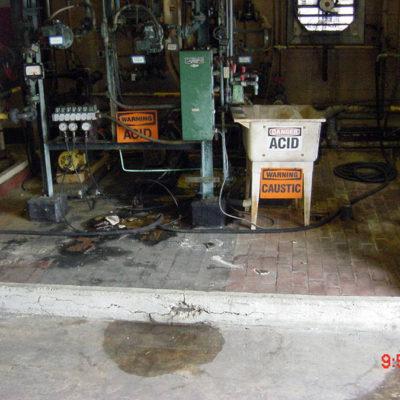 Verschüttete Säure hat Schäden in einem Chemikalienumfüllbereich verursacht.