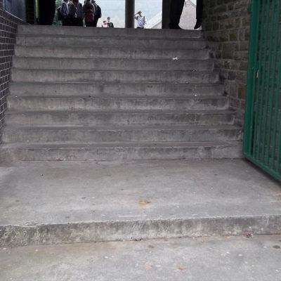 Abgenutzte Stufen am Eingang der Schule