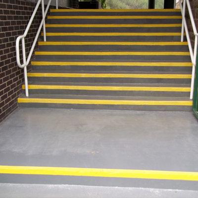 Komplette Reparatur mit Belzona 4411 (Granogrip) zur Verringerung der Rutschgefahr an den Stufenkanten
