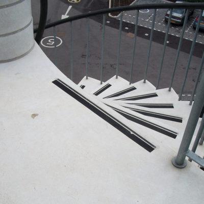 Nicht mehr effektive Klebestreifen an den Stufen