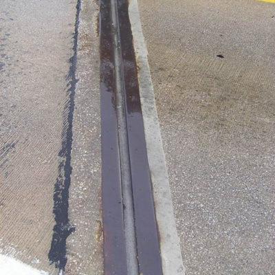 Versiegelte Fugen zwischen den Schutzblechen einer Straßenbrücke