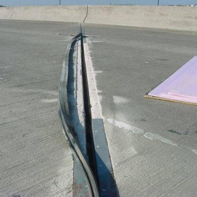 Stahlarmierte Dehnfuge einer stark befahrenen Autobahnbrücke