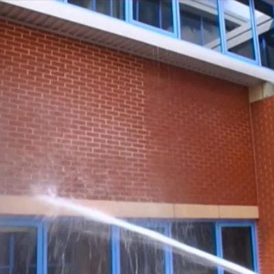 Wasserabweisende Eigenschaften von Belzona 5122 (Clear Cladding Concentrate) an der linken Seite der Mauer