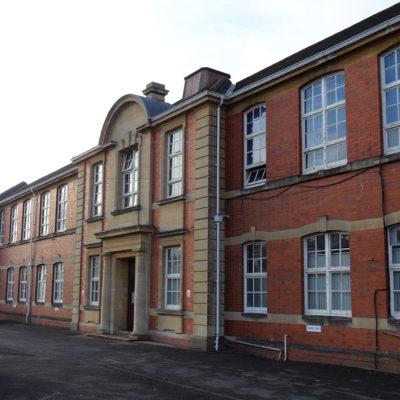 Schulgebäude mit eindringendem Wasser und Verschmutzung des Ziegelmauerwerks