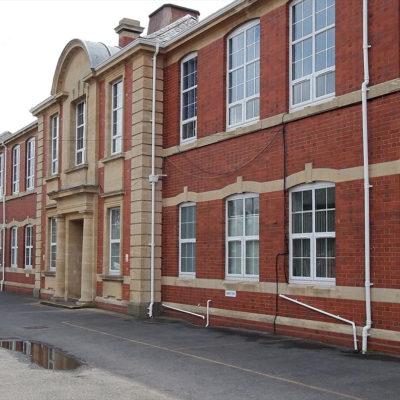Wiederhergestelltes Mauerwerk des Schulgebäudes und Schutz mit Belzona 5122 (Clear Cladding Concentrate)