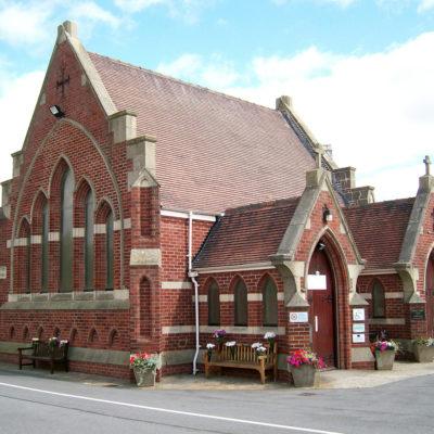 Kapelle mit Wasserschäden und daraus resultierenden feuchten Stellen an den Innenwänden