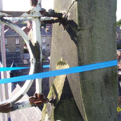 Steinturm mit abplatzenden Stellen und Rissbildung