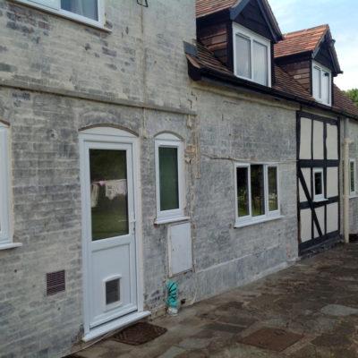 Beschädigte Mauern eines Bauernhauses, durch die Wasser in das Gebäude eindringt