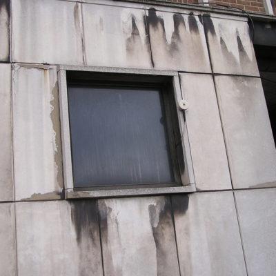 Abgeplatzter und abgeschlagener Beton an einem Bürogebäude