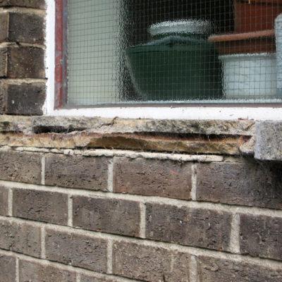 Durch Korrosion der Bewehrung beschädigte Fensterbänke