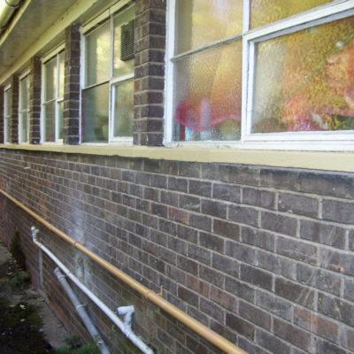 Wiederhergestellte und beschichtete Fensterbank mit langfristigem Schutz zur Vermeidung des Abplatzens von Beton