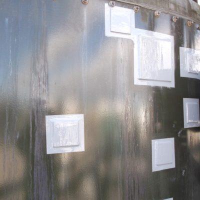 Die mit Belzona 5831 (ST-Barrier) vorbeschichteten Reparaturbleche wurden mit Belzona 1831 (Super UW-Metal) kalt auf die beschichteten Schadstellen aufgeklebt.