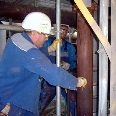 Oberflächenvorbereitung korrodierter Rohrleitungen in einer Raffinerie