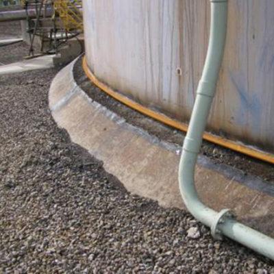 Beschädigter Tanksockel mit eindringendem Wasser