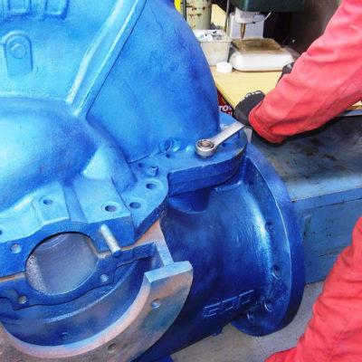 Auftrag auf Schrauben versiegelter Anlagen, um die spätere Demontage zu erleichtern.